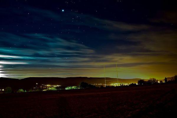 pollution lumineuse aux abords d'une ville/ Image d'illustration