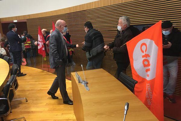 La séance budgétaire du conseil départemental des Côtes d'Armor a été interrompue ce 15 février. Des agents des routes ont investi l'hémicycle pour protester contre des suppressions de postes.