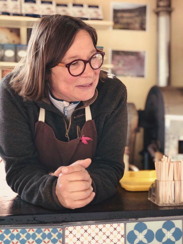 """Véronique Lessard Leclerc est """"artisan torréfacteur ambulant"""". Elle se balade sur les marchés Havrais de Sainte-Cécile et Applemont avec sa remorque et tout le matériel pour torréfier sur place ses propres mélanges de café."""