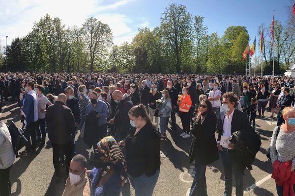 Foule présente devant l'Hôtel de Ville de Rambouillet ce lundi après-midi. Crédit photo Antoine Marguet.