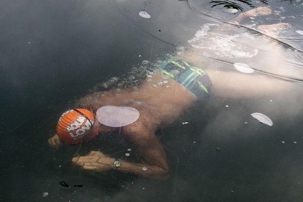 Alexandre Voyer, nageur français en eau glacée dans une température à un degré sur le canal de l'Ourcq à Paris en 2017.
