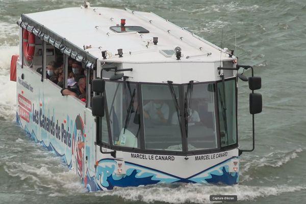 """Le bus amphibie """"Marcel le canard"""", des Canards de Paris, naviguant sur la Seine."""