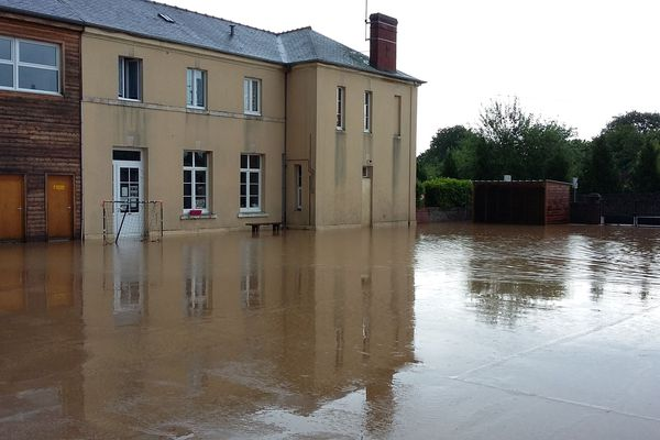 L'école de Saint-Julien le Faucon est fermée, ce mardi 29 mai, au lendemain des inondations qui l'ont touchée la veille, jusque dans les classes.