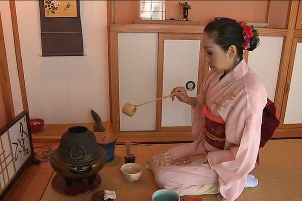 Au départ réservée aux moins bouddhistes puis aux samouraïs, cette cérémonie s'adresse aujourd'hui à tous ceux qui recherchent « la sérénité de l'âme »