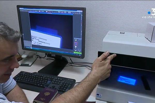 Une fausse carte d'identité réagit sous une lampe à ultraviolets.