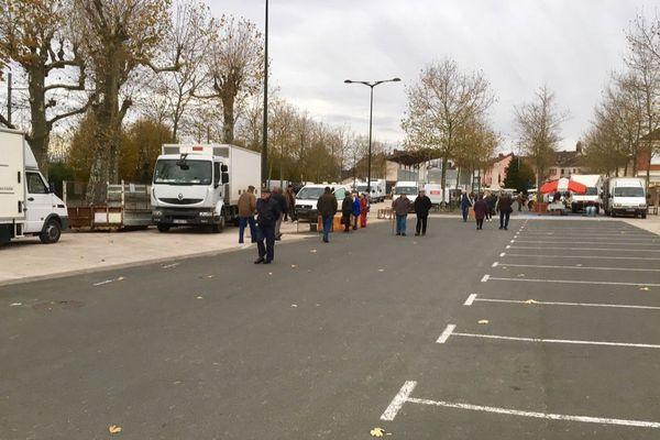 Le marché de Louhans plutôt vide ce lundi matin, 21 novembre