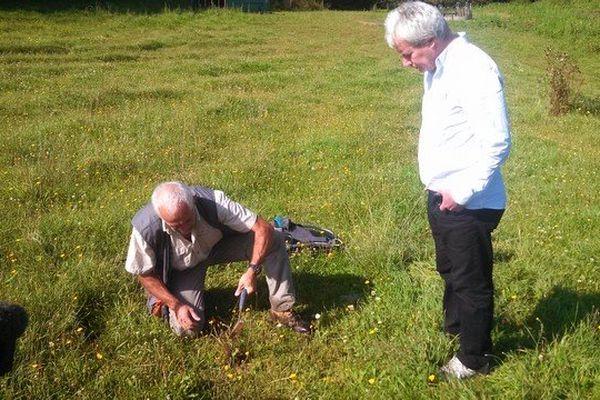 un géochimiste et un géologue effectuent les premiers prélèvements