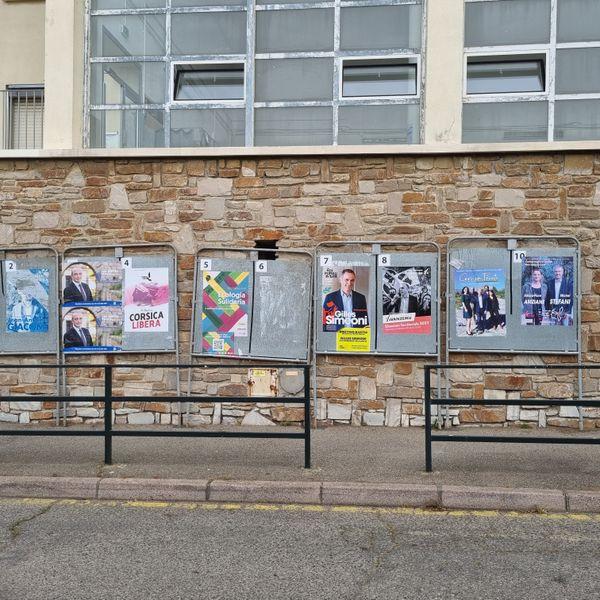 Le panneau d'affichage devant le bureau de vote de l'école de Toga à Bastia.