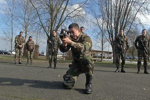 Les jeunes découvrent l'armée lors d'un stage sur le terrain
