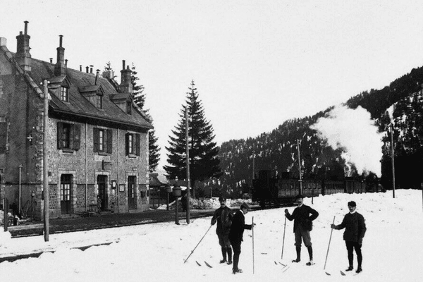 Sur cette photo de 1910, on trouve des skieurs devant la gare du Lioran. La station de ski ne verra le jour qu'un demi-siècle plus tard.