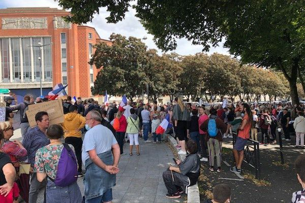 Entre 500 et 1000 manifestants ont défilé contre le passe sanitaire à Bourges.
