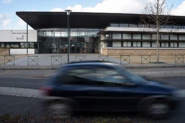 Une voiture passe devant le collège d'Orgères