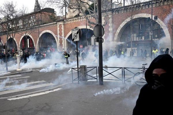Des affrontements ont eu lieu ce samedi 11 janvier avenue Daumesnil à Paris lors de la manifestation contre les retraites.