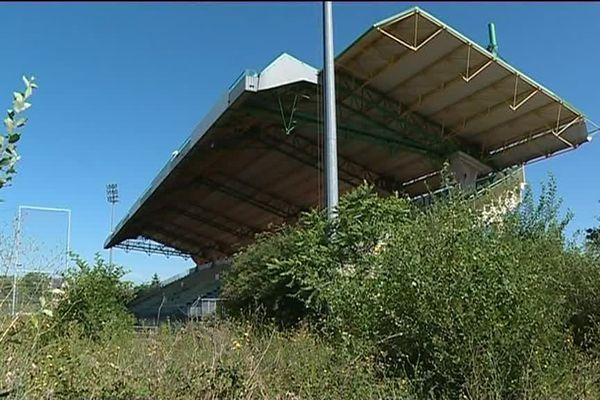 La végétation a repris ses droits au stade Léon Bollé du Mans, inutilisé depuis 2011.