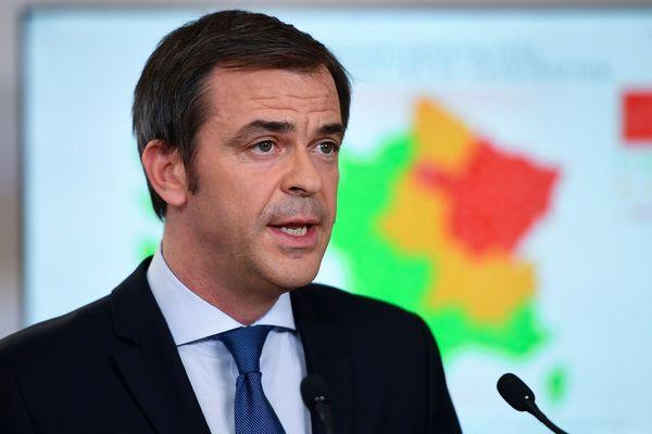 Le ministre de la Santé et de la Solidarité, Olivier Veran, prononce un discours alors qu'il présente les détails de la fin du verrouillage du pays, le 7 mai 2020 à l'hôtel Matignon à Paris, le 52e jour d'un verrouillage strict en France pour arrêter la propagation de COVID-19 (nouveau coronavirus).
