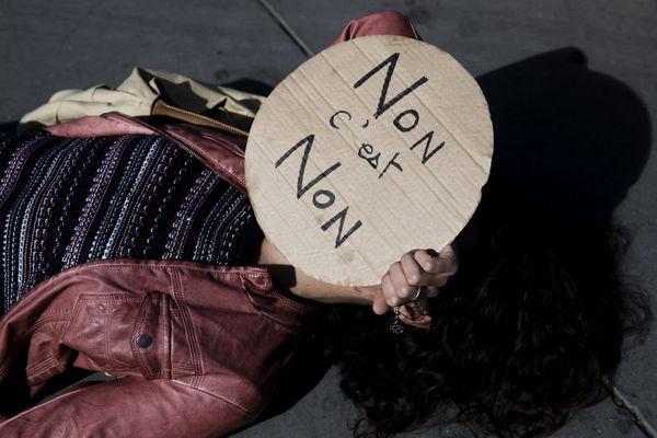 Une manifestante féministe lors des rassemblements contre les violences faites aux femmes.