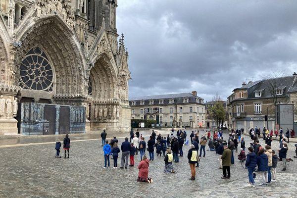 Des catholiques prient devant la cathédrale de Reims pour le retour de la messe, dimanche 15 novembre.