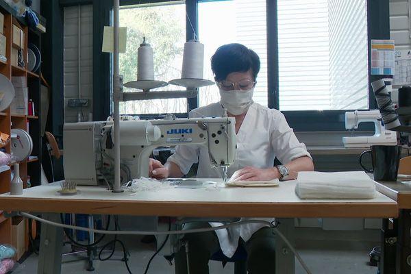 Le textile validée par les autorités compétentes, il restait donc à lancer la production, et pour cela un appel au volontariat des couturières à domicile a été lancé. Quelques soit la maîtrise de ces petites mains, elles sont toutes les bienvenues pour répondre à la société Boloduc, basée à Lyon.