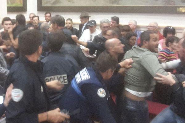 """Quelques minutes après leur entrée dans la mairie de Béziers, les manifestants ont été violemment """"reconduits"""" par les policiers."""