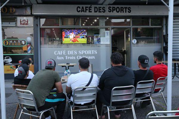 Des clients du café des sports regardent à la télévision sur la terrasse le premier match de l'Euro 2020 : Turquie-Italie. A Colmar le 11 juin 2021.