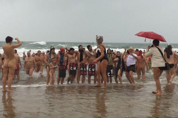 Environ 200 personnes ont bravé la pluie pour s'offrir un dernier bain de mer sur la plage naturiste du Cap d'Agde (Hérault)