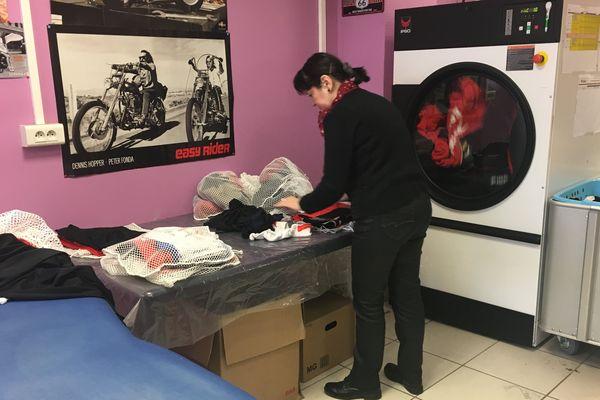 Valérie Georgin s'active pour laver les maillots des joueurs.