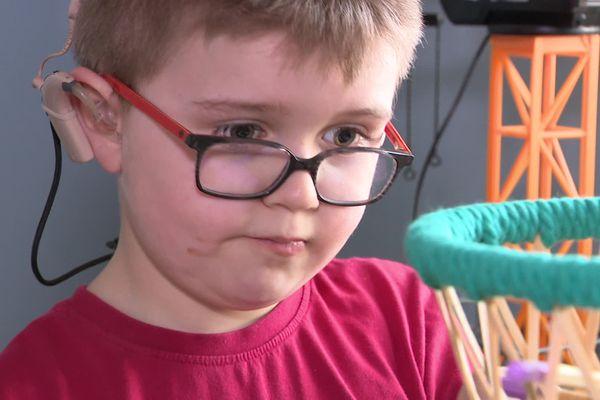 Malo est né sourd, il souffre également du syndrome d'Usher qui va sans doute le rendre aveugle