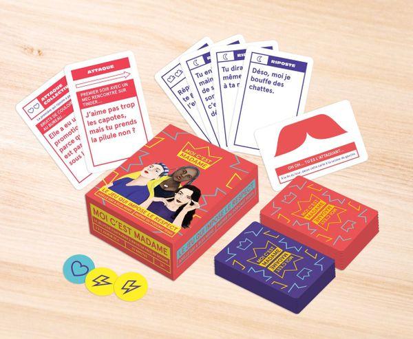 """Le jeu """"Moi, c'est Madame"""" est un jeu de cartes avec des défis, des mises en situation et des questions de culture générale."""