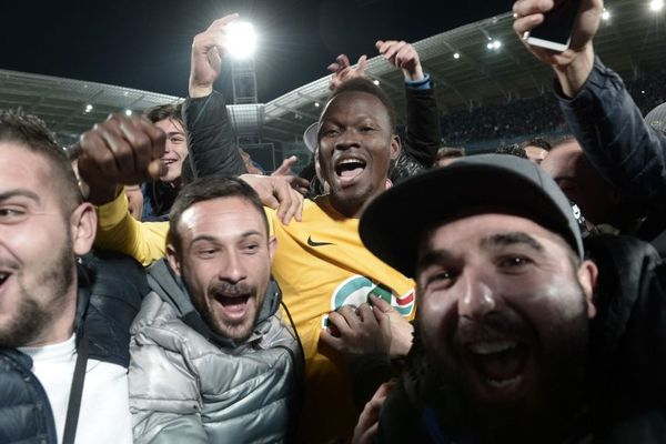 Le joueur sénégalais Moustapha, de l'équipe du FC Pau, fou de joie avec les supporters après la victoire de son équipe face aux Girondins de Bordeaux en coupe de France, Pau le 16 janiver 2020.
