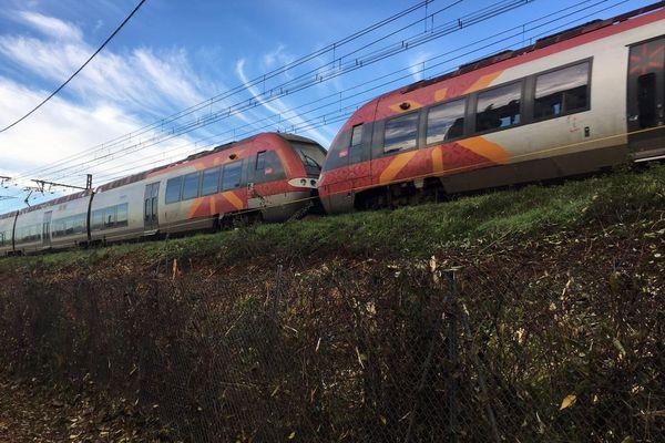 Un TER sur la voie ferrée qui traverse le quartier des Aubes à Montpellier