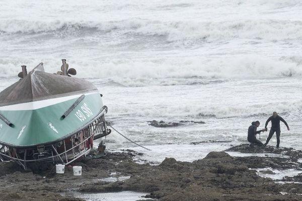 Des sauveteurs autour de la navette de la SNSM naufragée, sur la côte des Sables-d'Olonne (Vendée), le 7 juin 2019.
