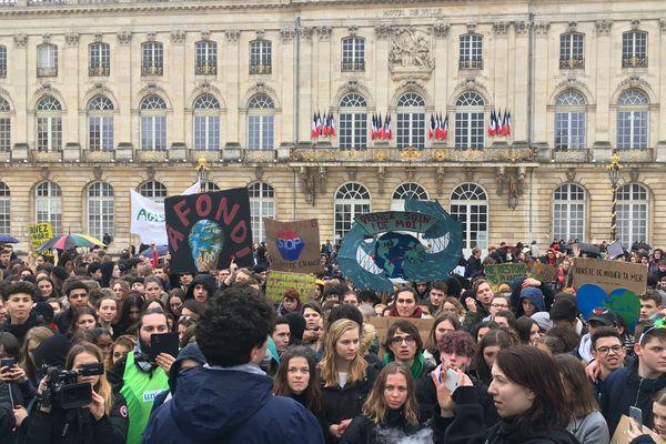 Plus de 500 jeunes étaient rassemblés pour une grève pour le climat, place Stanislas à Nancy (Meurthe-et-Moselle), vendredi 15 mars 2019.