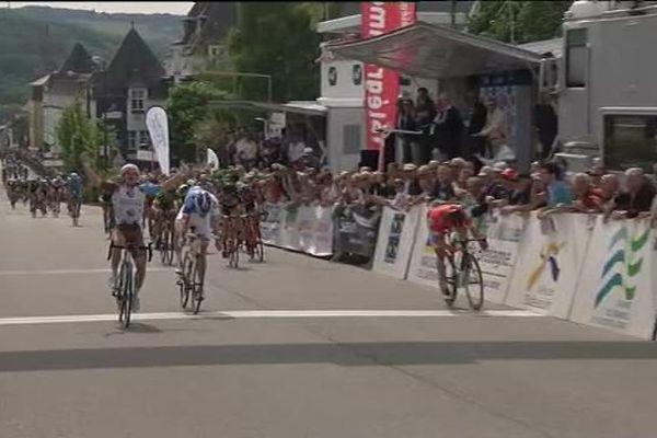 Samuel Dumoulin (AG2R La Mondiale), vainqueur des Boucles de l'Aulne, franchit la ligne d'arrivée