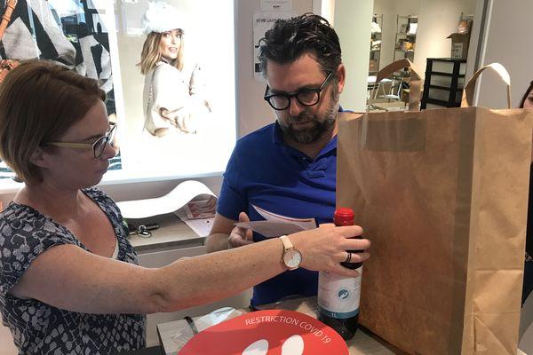 découverte du starter kit donné aux commerçants par La Roche-sur-Yon Agglomération