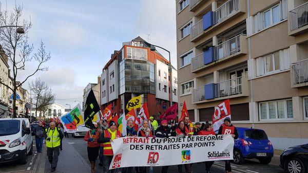 le cortège des manifestants dans les rues de Laval le 29 janvier 2020