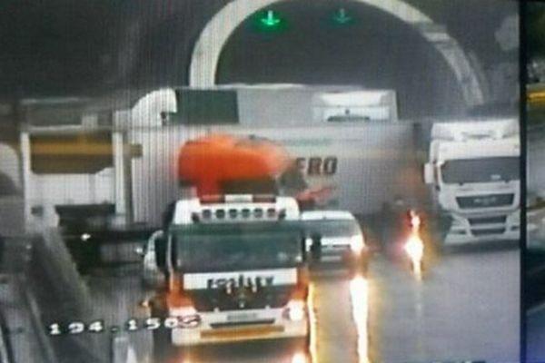 Un poids en portefeuille bloque la circulation sur l'A8 à Nice