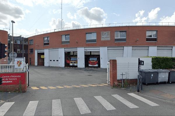 Après l'impact, les sapeurs-pompiers ont baissé les stores pour éviter de nouveaux tirs.