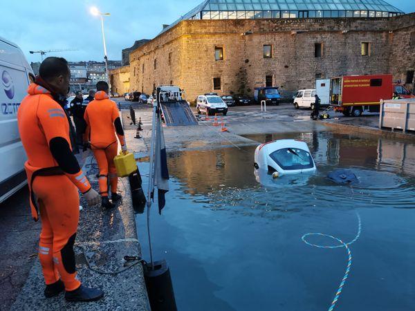 La voiture a finalement été extraite du Vieux-Port.