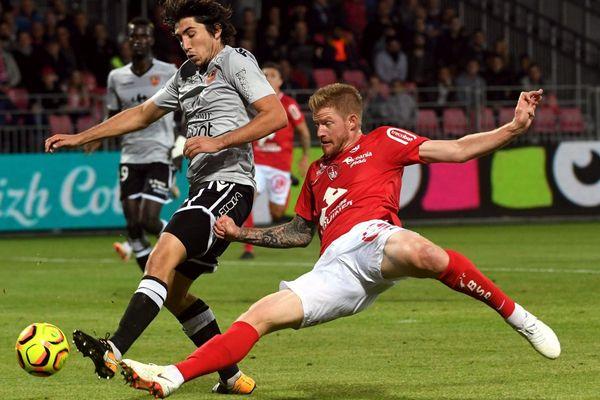 Ligue 2 - L'AC Ajaccio, stoppé aux portes de la L1 l'an dernier, retrouve la zone de relégation après son deuxième nul de la saison réalisé face au Paris FC (0-0).