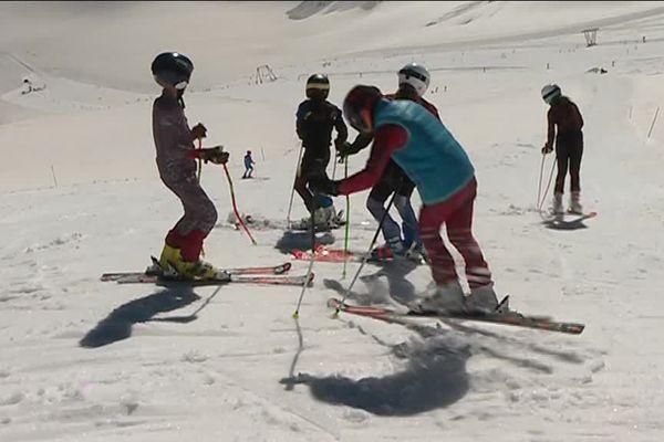une centaine de jeunes  de clubs des Alpes du Sud sur le glacier de la Girose,