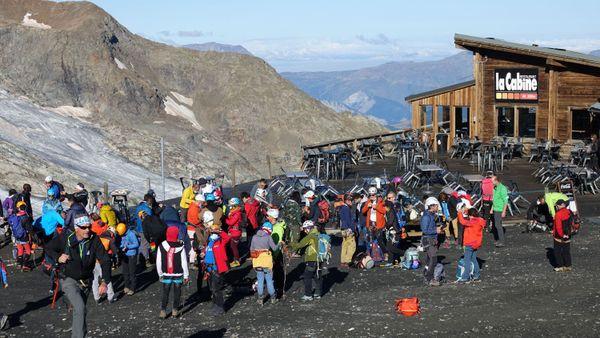 Au sommet du télécabine de la Meije, stagiaires et guides se préparent.