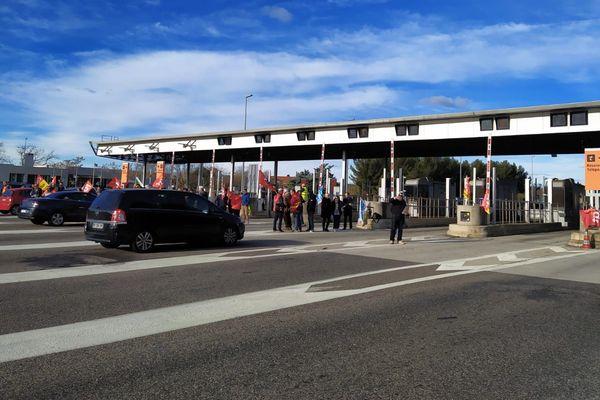 Nîmes - Des manifestants protestent contre la réforme des retraites ce samedi matin au péage de Nîmes Ouest - 04.01.20