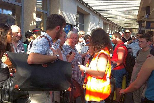 Plusieurs centaines de personnes sont dans l'attente en gare de Dijon.