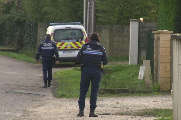 Les enquêteurs au domicile du couple sauvagement poignardé et égorgé à Izon en Gironde.