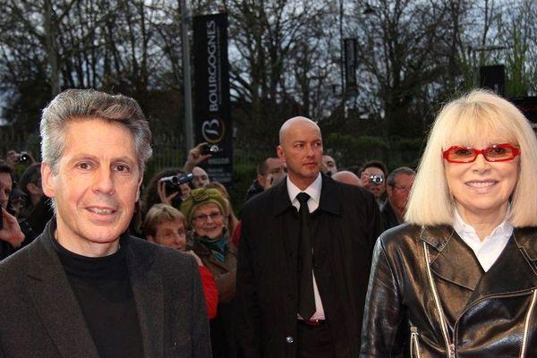 Mireille Darc en compagnie d'Alain Suguenot, maire de Beaune, lors du festival international du film policier de Beaune en 2011