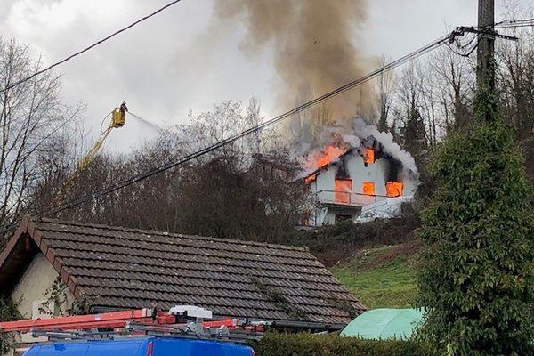 Une maison de 150 m2 a été entièrement détruite par un incendie à Parves-et-Nattages (Ain), samedi 23 janvier. Un couple de retraités a tout perdu dans le sinistre. La mairie lance donc un appel aux dons pour leur venir en aide.