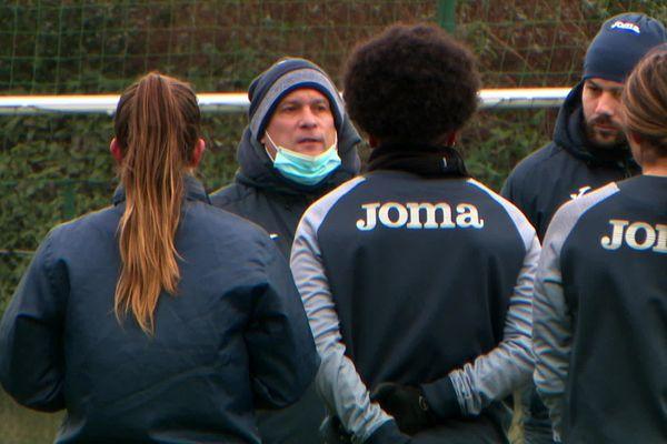 Masque sur le menton, Mickaël Bunel à son premier entraînement lors de la reprise, en tant qu'entraîneur de l'équipe première féminine du HAC football.