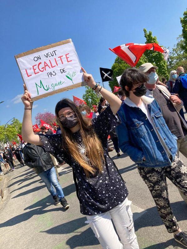 A Rennes, le défilé du 1er mai a symboliquement marqué des arrêts devant l'école de santé, un Ehpad, une école et l'université de Rennes 2 en cette année marquée une nouvelle fois par la pandémie.