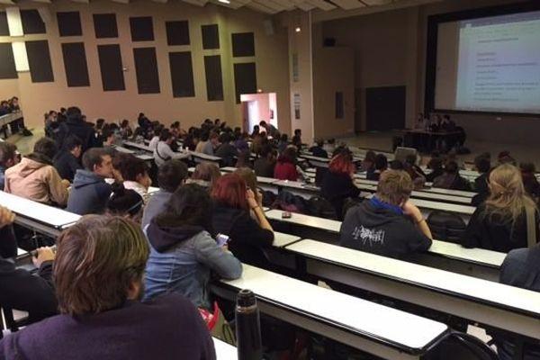 Les étudiants en assemblée générale à la fac de lettres de Montpellier pour préparer la suite du mouvement contre la loi travail.