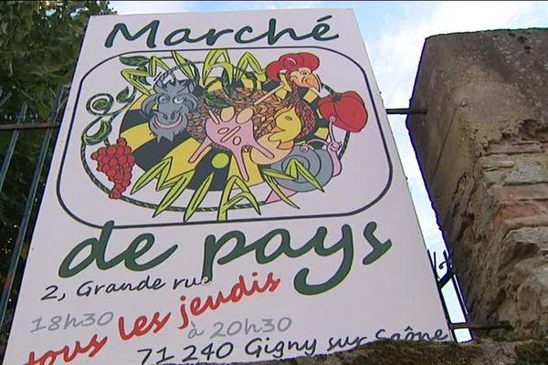 A Gigny-sur-Saône, en Saône-et-Loire, les habitants se retrouvent tous les jeudis pour acheter des produits locaux sur un marché et dîner ensemble.